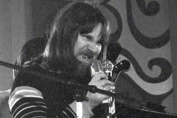 Herbert Dreilich mit der All Star Band Berlin bei einem Auftritt im Klubhaus der Gewerkschaften in Halle an der Saale im Januar 1973. Er schneidet bei singen eine Grimasse.