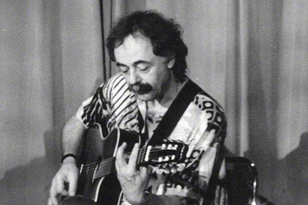 Der Gitarrist Toto Blanke bei einem Auftritt im Klubhaus der Gewerkschaften in Halle an der Saale am 28.4.1980. Sein rechter Fuß steht auf einem Effektpedal der Marke Morley.