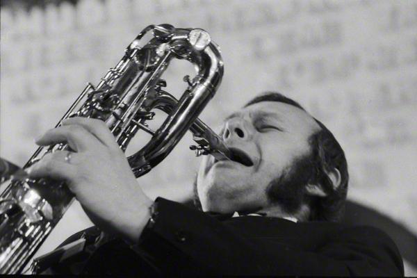 Josef Audes vom Gustav Brom Orchester mit seinem Barritonsaxofon bei eine Auftritt im Rahmen des Jazzfestivals in Prag im Oktober 1972.