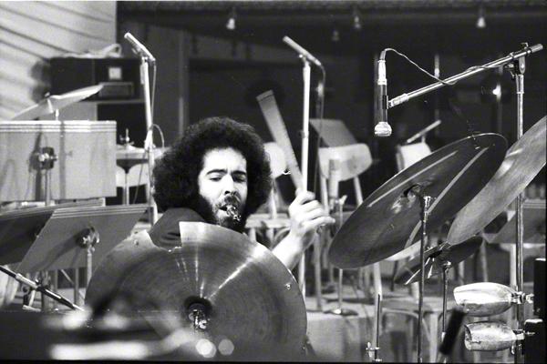 Der Schlagzeuger des finnischen Jazzpiansiten Heikki Sarmanto bei einem Auftritt in Prag im Rahmen des Jazzfestivals im Oktoebr 1972.