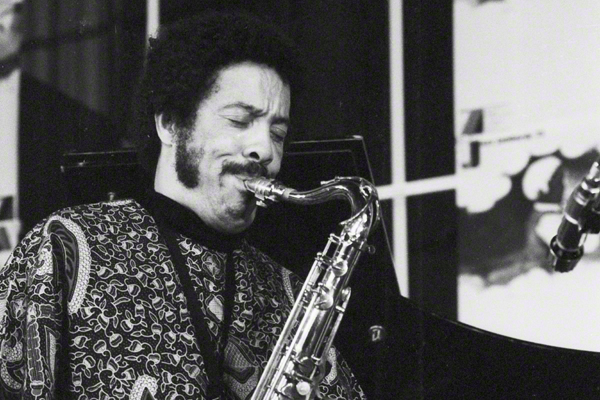 """Der Saxofonist Jonny Griffin bei einem Auftritt im Oktober 1973 im Rahmen des Festivals """"Jazz Jamboree"""" in Warschau. Er Trägt ein bunt-gemustertes Hemd."""