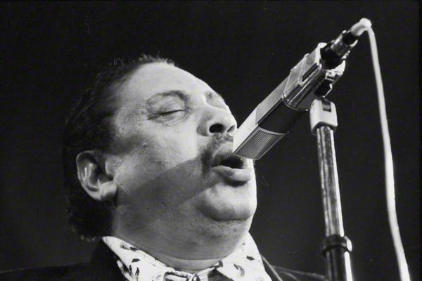Der Jazzsänger Big Joe Tuner bei einem Auftritt im Rahmen des Jazzfestivals in Prag im Oktober 1974.
