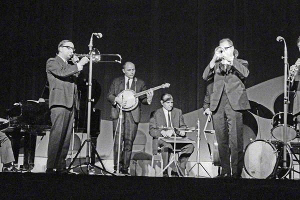 """Die Jazzband """"Elb Meadow Ramblers"""" geben im Steintor-Varieté in Halle an der Saale im Mai 1971 ein Konzert. Die Musiker v.li.: Gert Hausmann, Eberhard Lösch, Wilfried Matthäus, Hans-Gregor Werner, Dieter Motarkowski und Hermann Henke."""