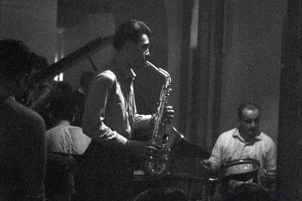 Die Theo Schumann Formation in der verrauchten Kakadu-Bar im Dresdener Parkhotel Weißer Hirsch im September 1960. Die kleine Bühne ist mit einer einzigen Lampe beleuchtet. Vor der Bühne einige Zuschauer.