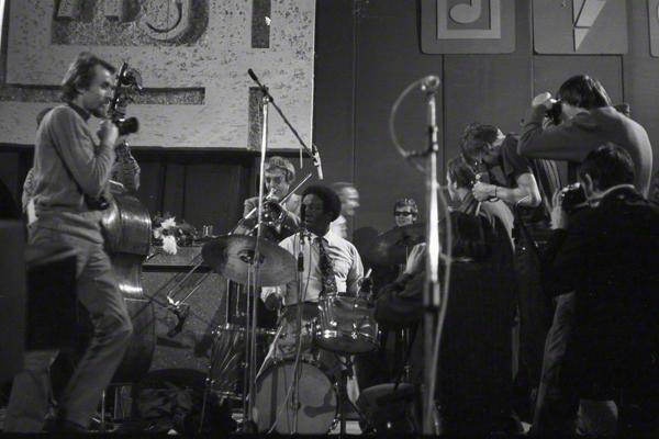 Art Blakey am Schlagzeug und Kai Winding an der Posaune bei einem Konzert in Prag im Rahmen des Jazzfestivals im Oktober 1971 im Lucerna-Saal. Sie werden dicht von Fotografen bedrängt.