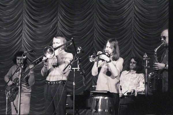 Die Modern Soul Band aus Berlin gibt im Mai 1972 Rahmen des Jazzfestivals in Halle an der Saale im Steintor Varieté ein Konzert. Die Musiker v. re.: C. Hansmann, C. J. Roth, Jochen Gleichmann, Conrad Bauer.