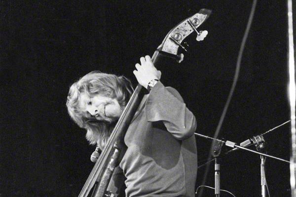 """Eberhard Weber gibt im Rahmen des Festivals """"Jazz Jamboree"""" in Warschau im Oktober 1973 ein Konzert. Er spielt einen elektrischen Kontrabass."""