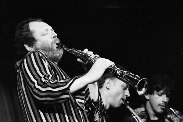Der niederländische Musiker Willem Breuker (links) mit seiner Band auf der Bühne im Steintor-Varieté in Halle an der Saale am 3.6.1987.