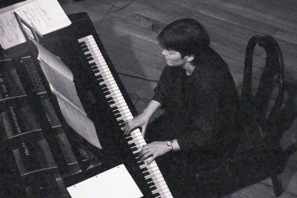 Marylin Crispel aus den USA sitzt in der Aula des Löwengebäudes der Universität Halle an der Saale am Flügel und gibt am 20.6.1985 im Rahmen des Moritzburg Jazz-Festivals ein Konzert.