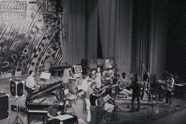 Das Vienna Art Orchestra bei den 8. Leipziger Jazztagen am 3.10.1982 auf der Bühne in der Kongresshalle am Zoo Leipzig. Die Leitung des Orchesters hatte Matthias Rüegg.