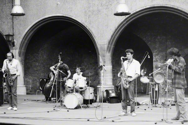 Lola Kova?ec gibt mit seiner Band, Jovan Mikovic und Günter Klatt im Hof der Moritzburg in Halle an der Saale am 26.6.1983 im Rahmen des Moritzburg Jazz-Festivals ein Konzert.