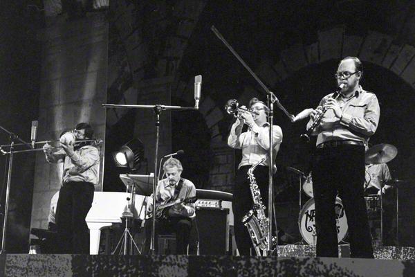 """Die fünfköpfige belgische Dixie-Band """"New Orleans Train Band"""" auf der Bühne beim Dixie-Festival im Dresdener Kulturpalast im Mai 1974."""