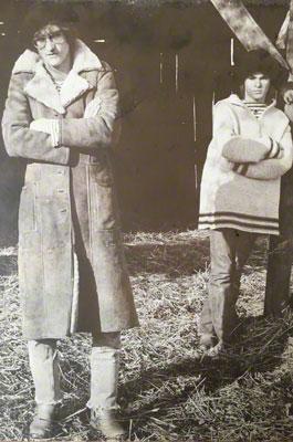 Zwei modisch gekleidete Männer stehen posierend für ein Foto in einer Scheune in Neuss in Nordrhein-Westalen.