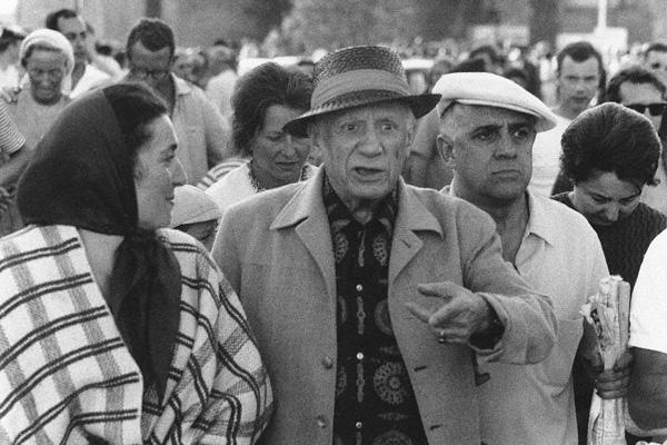 Der Künstler Pablo Picasso nach einem Stierkampfbesuch am 7. August 1966 in Fréjus in Begleitung seines Friseurs Arias.
