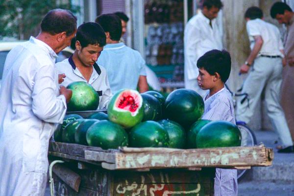 Straßenhändler verkaufen vom Handkarren aus Melonen.
