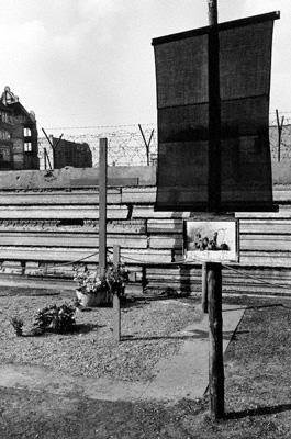 Blumen am Mahnmal für dem am 17. August 1962 bei seinem Fluchtversuch von einem Grenzsoldaten erschossenen Peter Fechter in Berlin.