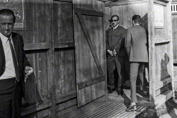 Ein Mann mit Sonnenbrille verlässt eine öffentliche Toilette während des Münchner Oktoberfestes.