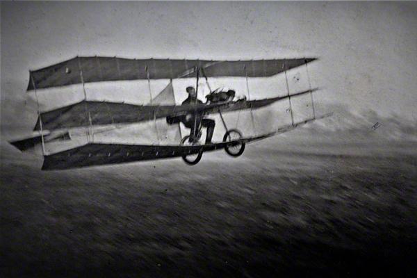 Hans Grade am 02. November 1908 beim ersten motorisierten Flug in Deutschland auf dem Kleinen Cracauer Anger in Magdeburg in seinem selbst gebauten Dreidecker mit Sechs-Zylinder Zweitaktmotor.
