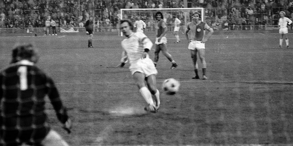 Beckenbauer führt aus. Torwart ohne Reaktion