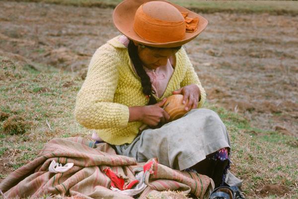 Ein Indio-Mädchen schnitzt während des Viehhütens einen Kürbis in der Stadt Huancayo in Peru.