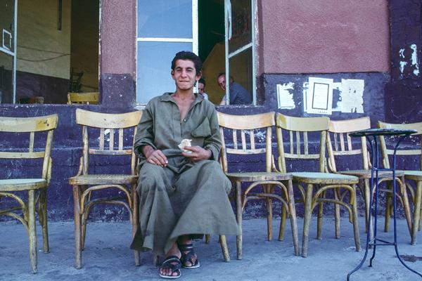 Ein Mann sitzt alleine vor einem Teehaus in der syrischen Stadt Deir ez-Zor.