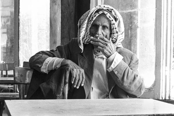 Beduine entspannt im Teehaus bei einer Zigarette.