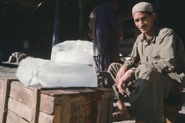 Ein Mann verkauft Stangeneis am Straßenrand in Torkham, Pakistan.