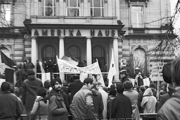 Proteste für die Black Panther-Bewegung und gegen den Vietnamkrieg vor dem Heidelberger Amerikahaus.