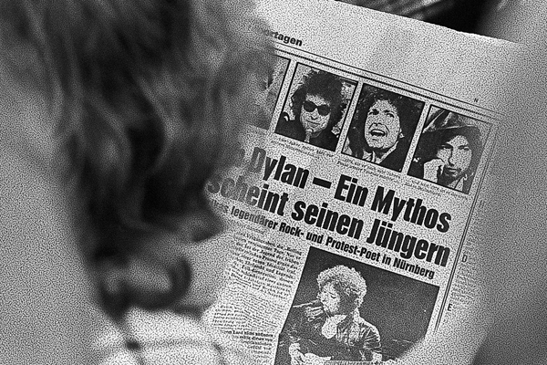 """Ankündigung des Konzert von Bob Dylan auf dem Zeppelinfeld in Nürnberg in einer Zeitung. Die Schlagzeile lautet:""""Bob Dylan - Ein Mythos erscheint seinen Jüngern""""."""