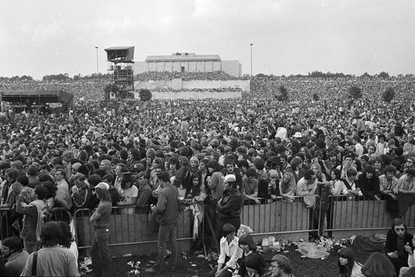 Blick über das Publikum vor einem Auftritt von Bob Dylan auf dem Zeppelinfeld in Nürnberg.