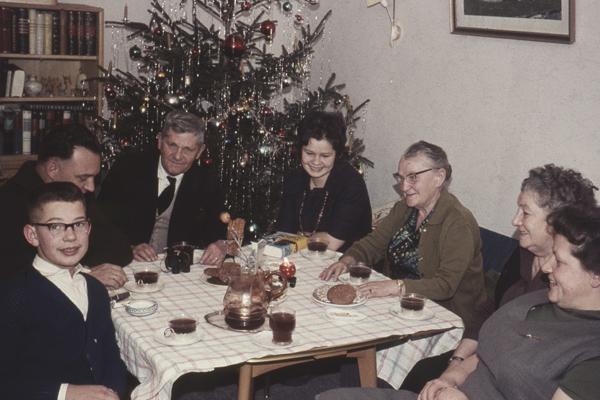 Feierlaune gab es fast immer bei den Fremmers. Speziell wenn die Tante aus Stuttgart da war. Sie kam nicht zu oft, zu hohen Festtagen wie Weihnachten natürlich, brachte für Neffe und Nichte stets ein kleines besonderes Geschenk mit und war deshalb ein gern gesehener Gast. Und mit ihr Weihnachten zu feiern, das hieß Punsch (heiß und mit viel Alkohol nur für die Großen) und dazu die unvermeidlichen Plätzchen, die erst jetzt gegessen werden durften. Dafür dann bis Ostern. Selbst der Hund war da nicht mehr begeistert.