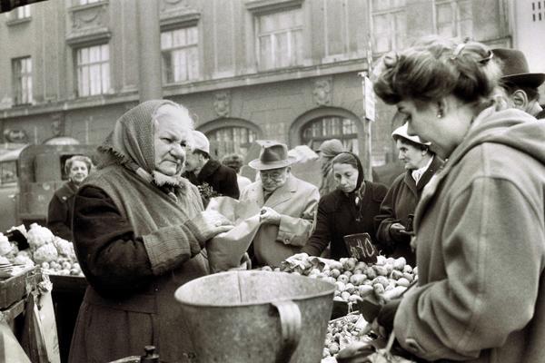 Eine Marktfrau verkauft in den Nachkriegsjahren Lebensmittel auf dem Viktualienmarkt in München.