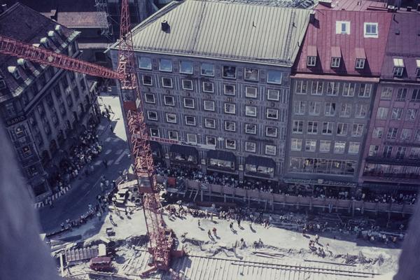 Blick vom Rathausturm auf den Münchner Marienplatz, der anläßlich der Olympischen Spiele 1972 und dem Bau der U- und S-Bahn gerade neu gestaltet wird.