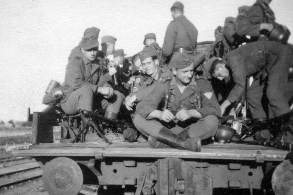 Soldaten auf einem Eisenbahnwaggon