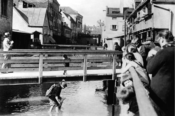 Da es in diesem Stadtteil keine Kanalisation gibt, werden die Abwässer und Abfälle in den Mühlbach von Au geleitet.