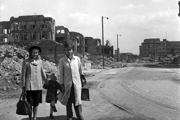 Nach dem Krieg steht eine Familie vor einer im Zweiten Weltkrieg zerstörten Landschaft in München.