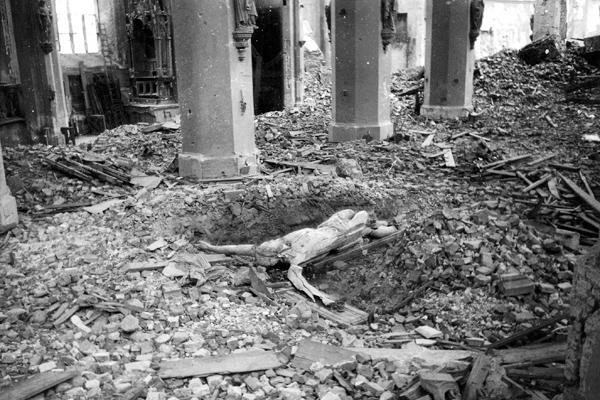 Das herabgestürzte Kruzifix in den Trümmern der schwerstbeschädigten Frauenkirche nach einen der letzten alliierten Luftangriffe auf München.