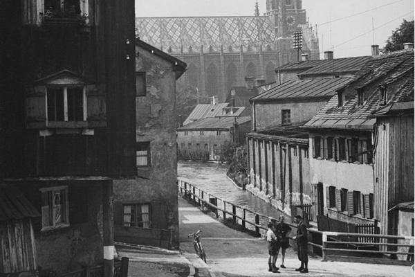 Menschen auf der Quellenstraße in München-Au. Im Hintergrund die Mariahilfkirche.