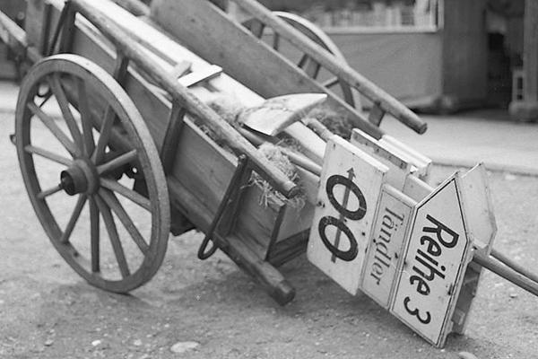 Ein Karren mit Schildern während des Aufbaus der Auer Dult in München.