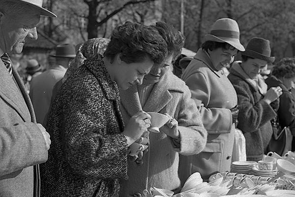 Zwei Frauen betrachten Porzellan und Geschirr auf dem Auer Geschirrmarkt in München.