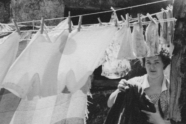Eine Frau beim Wäscheaufhängen im Münchner Stadtteil Au.