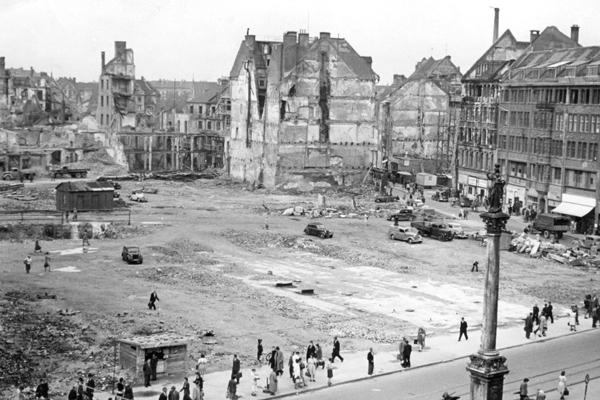 Aufräumarbeiten am Münchner Marienplatz nach Kriegsende.