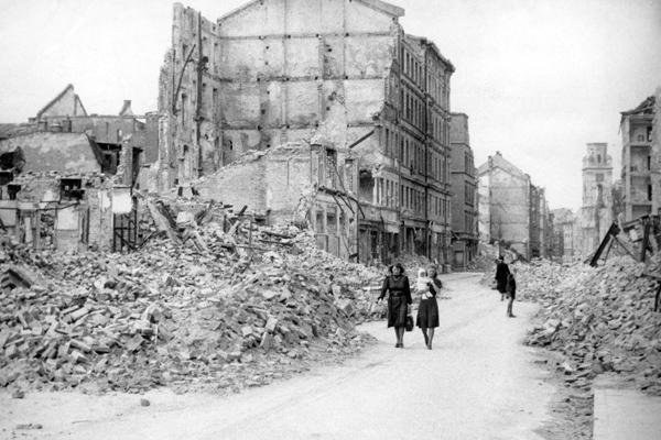 Häuserruinen in der Augustenstraße nach Kriegsende.