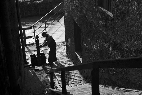 Ein Mann an einem Brunnen in der Quellstraße in München, nahe der Rosenheimerstraße.