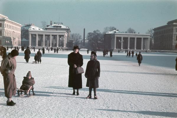 Zwei Frauen stehen am Königsplatz in München (undatierte Aufnahme).
