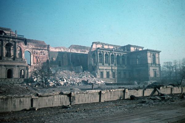 Die Alte Pinakothek vom Zweiten Weltkrieg zerstört (undatierte Aufnahme).