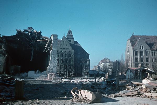 Der vom Zweiten Weltkrieg zerstörter Elisabethplatz in München. Im Hintergrund sieht man die Fassade des Gisela-Gymnasiums (undatierte Aufnahme).