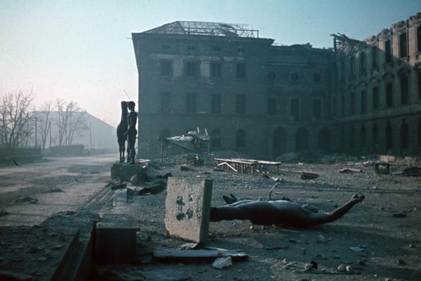 """Vom Krieg zerstörte Statuen vor der Alten Pinakothek in München. Die alleinstehende Statue ist der """"Rossebändiger"""" von Hermann Hahn (1931)."""
