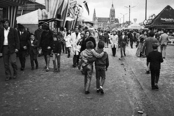 Zwei Jungen laufen umarmt auf dem Oktoberfest in München.