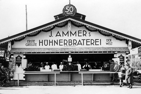 Blick auf die Ammer Hühnerbraterei auf dem Oktoberfest in München.